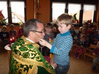 Bischof Nikolaus bekommt sein Kreuz umgehangen
