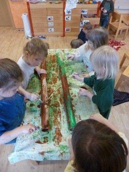 Die Kinder basteln Palmen für unseren Dschungelfasching
