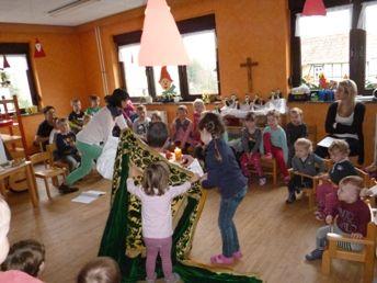 Die Kinder reichen Bischof Nikolaus den Mantel
