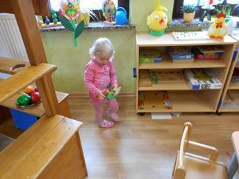 Die Kinder suchen Osternester