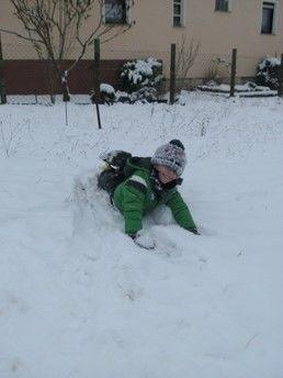 Im Schnee spielen macht mir viel Spaß