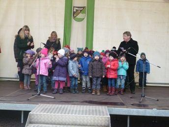 Programm der Kindergartenkinder auf dem Weihnachtsmarkt in Bernterode